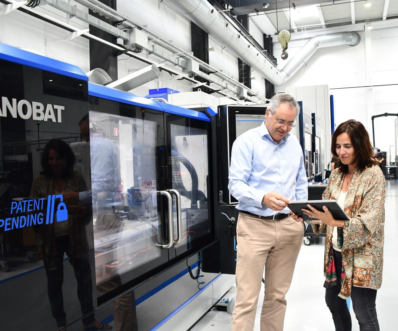 Nerea Aranguren, directora de Innovación de Danobatgroup; y Javier Mongelos, director de Sistemas de información de Danobatgroup en el DGIH -Digital Grinding Innovation Hub- en Elgoibar.