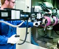 El rol de un operador de Safran en una celda de mecanizado automatizada