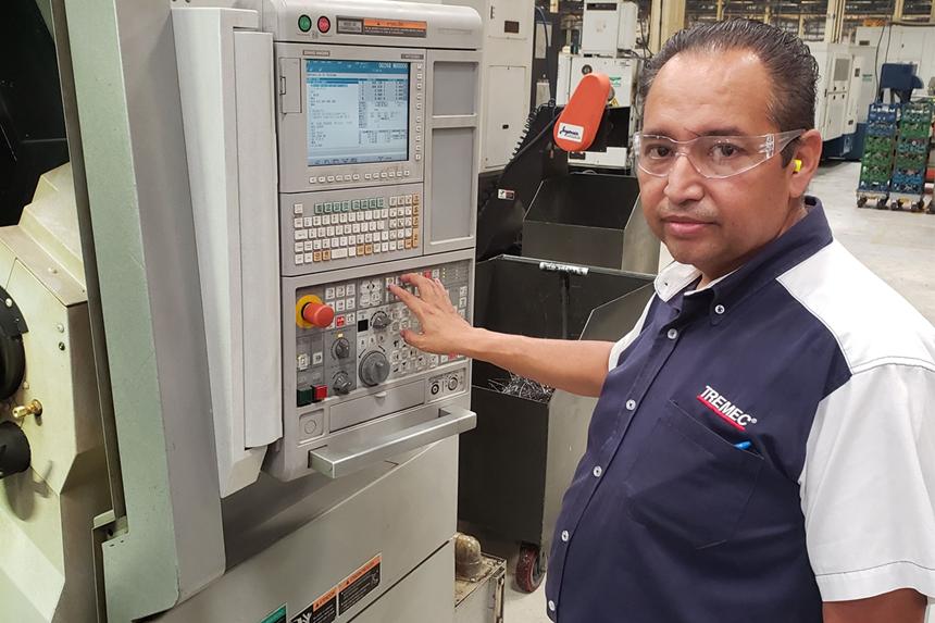 El ingeniero Alejandro Argüello lidera la célula de manufactura de TREMEC donde se desarrolla y se hace el proyecto de la flecha