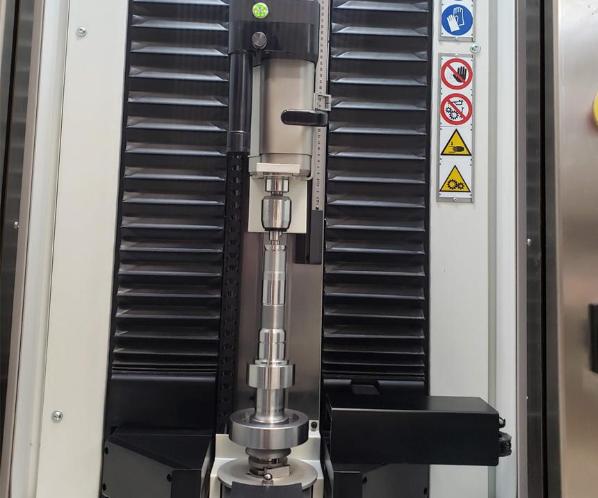 La revisión de cada flecha se realiza en este equipo Optoquick de Marposs, donde se inspeccionan las dimensiones de diámetro y run out para verificar que esté saliendo bien el mecanizado.