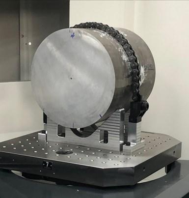 Este blanco, que pesa 115 kg, está en línea para el mecanizado en la máquina Theia