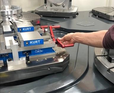 Carper demuestra cómo su sencilla solución puede mantener las manijas de sujeción fuera del recorrido de los husillos de la máquina en el trabajo de cinco ejes.
