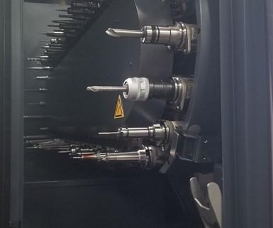 Los magazines de herramientas de alta capacidad para las fresadoras de cinco ejes, DMU 65, le permiten al taller alistar las herramientas para múltiples trabajos.