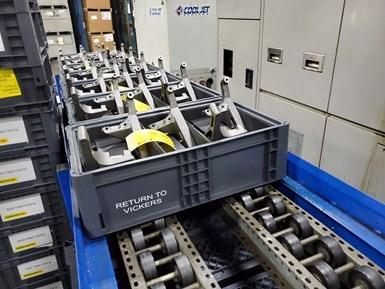 Después del mecanizado, las estructuras de fundición dejan el sistema en un transportador de salida.