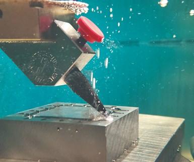 Aquí hay un Mitsubishi Electric SV12P que cortando algunas formas en acero H13