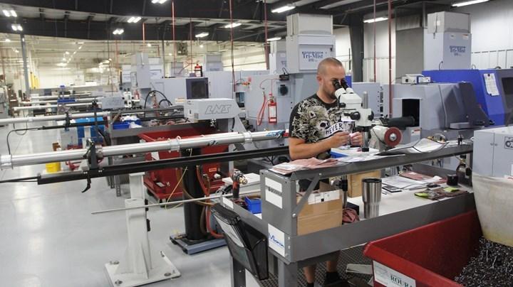 Las hileras de tornos de tipo suizo producen componentes de tolerancias estrechas en B & J Medical, ubicado a pocos kilómetros de las instalaciones de manufactura de moldes de la compañía. En general, el negocio emplea a más de 200 personas.