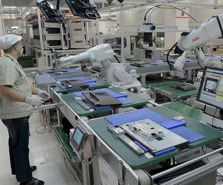 Robots en unalínea de montaje en la industria electrónica. Foto: ABB.