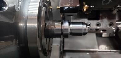 El nuevo sistema 64T de ranurado de 6 filos le ayudó a AMQ a controlar la viruta en el ranurado del cuerpo de la bujía.