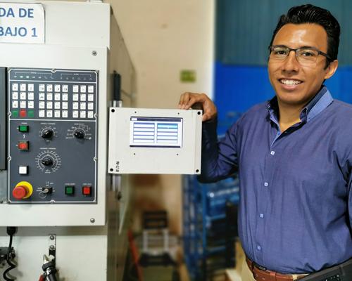 Alejandro Hernández, Director Ejecutivo de Dismetronic Industries, implementó el Sistema 4.0 en las máquinas que componen su área de mecanizado. A su izquierda está la interfaz HMI desarrollada para que los operadores seleccionen, entre distintas variables, los motivos de parada de una máquina.