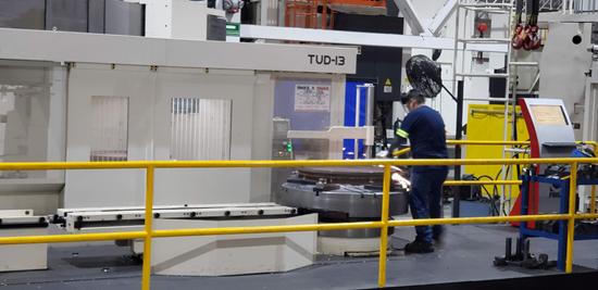 El modelo TUD 13 es otra de las máquinas de doble columna de mandrinado vertical y torno-fresado que usan en la división de mecanizados de Frisa Aerospace para la producción de diferentes componentes para turbina.