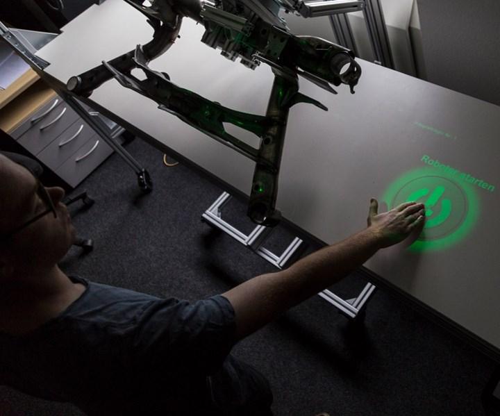 El robot presenta la pieza de trabajo en una posición ergonómica para permitir una fácil inspección. Foto:Fraunhofer HHI.