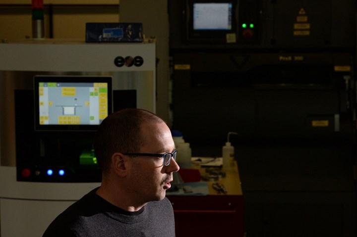 El Dr. Brandon McWilliams, ingeniero de investigación y desarrollo en el Laboratorio de Investigación del Ejército, explica cómo el laboratorio está creando impresiones en 3D a partir de polvo de metal. (Foto: EJ Hersom–Army.mil)