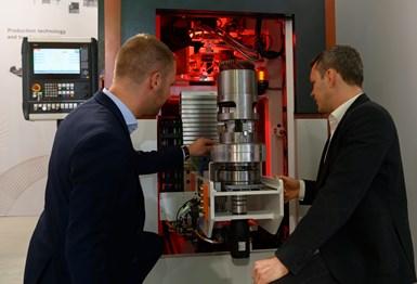 En la pasada EMO,Gehring Technologies mostró unsistema de soldadura láser para conectar las horquillas de un estator de motor eléctrico. Foto: EMO.