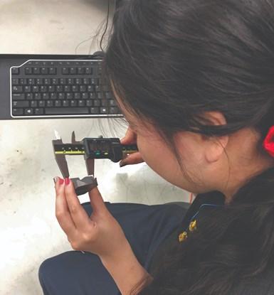 Además de las gafas, la División de Rehabilitación Vocacional de Wisconsin ayudó a proporcionar instrumentos de mano digitales para que Tia Bertz los use. Ella no puede ver las graduaciones en los dispositivos tradicionales Vernier.