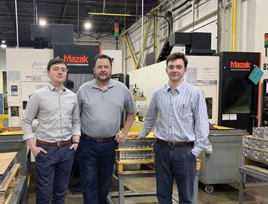 De izquierda a derecha: Zach, Scott y Alex Roake se paran frente a dos de las 40 máquinas Mazak del taller.
