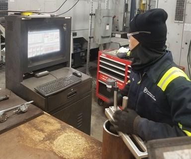 El diámetro interno de una tubería se verifica para determinar si está dentro de las especificaciones utilizando un indicador Mitutoyo, mientras que los datos se muestran en tiempo real en un monitor en el taller.