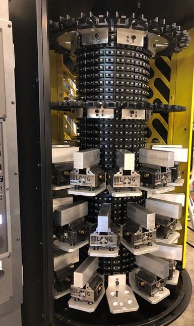 . Las partes más complejas van en el multipallet Fanuc Robodrill con automatización Plus-K, que se muestra aquí, o en uno de sus dos Yasda PX-30is.