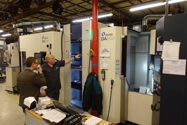 Aquí, Kyle Dunaway, vicepresidente de manufactura de Advance CNC, describe las estrategias del taller para mecanizar múltiples ángulos compuestos en una máquina Makino DA 300 con un sistema de palets Erowa Robot Compact 80.