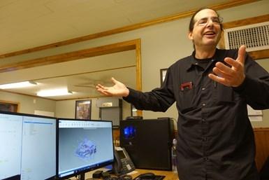 Matt Crowley, el programador principal de Advance CNC, generalmente es la persona que decide cómo procesar cualquier parte una vez que el pedido de ventas está disponible.