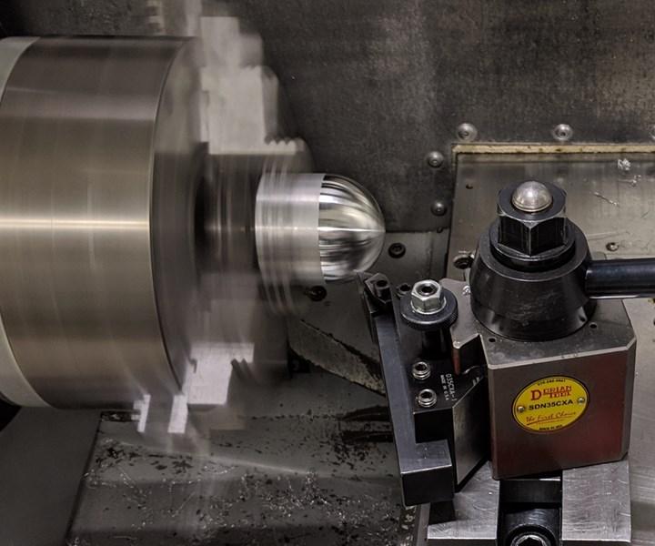 Esta operación de mecanizado de acero inoxidable en el laboratorio de la UNCC simula el mecanizado de formas hemisféricas en material radiactivo del fabricante relacionado con la industria de defensa.