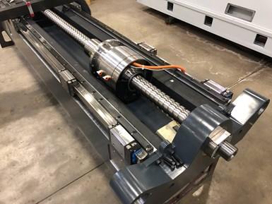 Un conjunto de tuercas de bola de accionamiento directo y equipos de motor de torque Etel en Tarus.