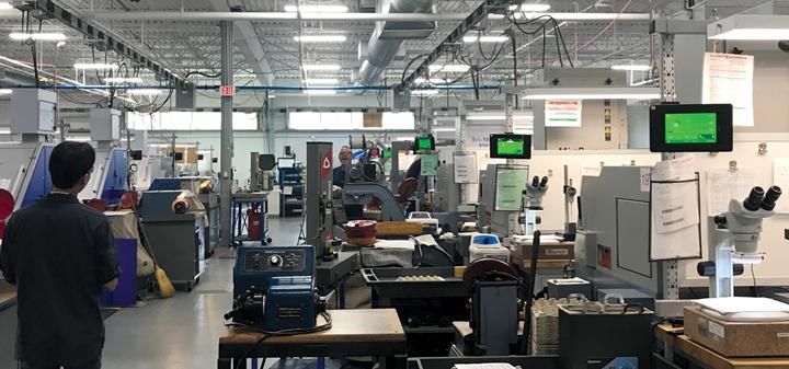 Las pantallas verdes en estas máquinas representan la visión del operario de MachineMetrics en acción.