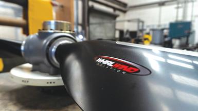 En promedio, Whirlwind Propellers produce 3,000 palas de hélice por año. También fabrica hélices de velocidad constante reforzadas con plástico de fibra de carbono (CFPR).