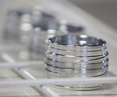 Este componente de múltiples roscas para un dispositivo médico, que requería alta precisión y manejo en tres pasos dentro de la máquina-herramienta, necesitó la adición de un tercer turno