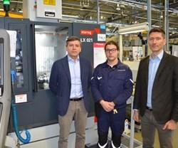 El jefe de tecnología de Pietro Rosa, Andrea Maurizio (a la derecha) y el Gerente General Francesco Parisi (izquierda) con Maico de Cecco, el operario de esta celda de mecanizado Starrag.