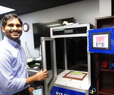 Joel Koripalli utiliza un sistema de medición con tecnologías de visión Keyence y una interfaz de software que está programando y refinando.