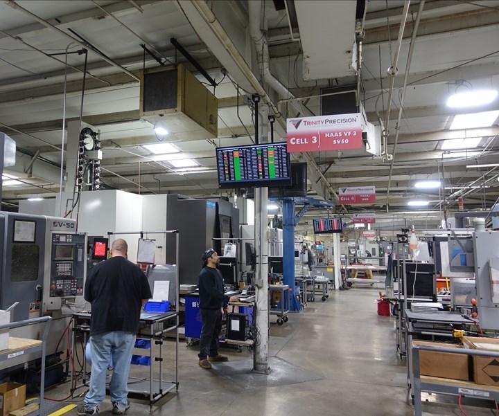 Trinity cuenta con letreros para identificar diferentes celdas y actividades dentro de las instalaciones, incluidas las pantallas en tiempo real del desempeño de la máquina. Estas métricas están vinculadas a su sistema MRP global.