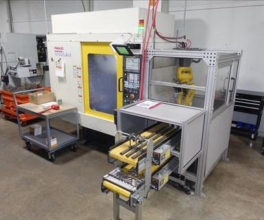 Trinity agregó este centro de mecanizado vertical Robodrill de FANUC en 2016 para ejecutar partes de alta mezcla y bajo volumen con la ayuda de su brazo robótico de cinco ejes.
