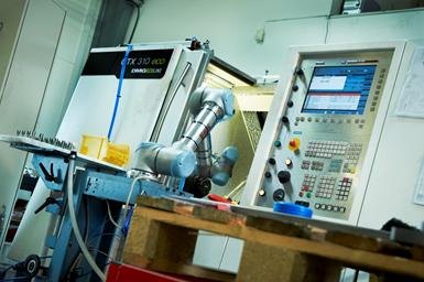 Nymann Teknik tenía el reto de abastecer un torno CNC durante 10 a 12 horas diarias. La compañía decidió que era el momento de modernizarse y adquirir un robot colaborativo que se encarga de suministrar la materia prima al torno CNC. Foto: Universal Robots.