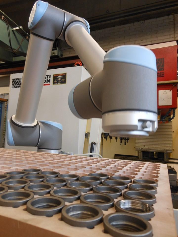 Konetehdas K&K, de Finlandia, adquirió un robot de UR para abastecer a una máquina esmeriladora. Foto: Universal Robots.