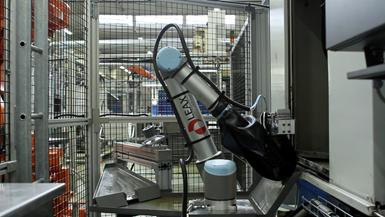 La empresa LEAX Group, de Suiza, utiliza tres brazos robóticos UR10 para cambiar las brocas dentro de una máquina de mecanizado de engranajes. Foto: Universal Robots.