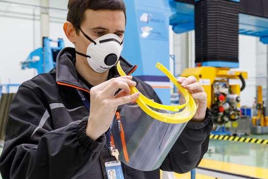 Apoyando la lucha contra COVID-19, los empleados de Airbus en España han fabricado miles de marcos de visera para máscaras protectoras con tecnología de impresión 3D. Foto: Airbus.