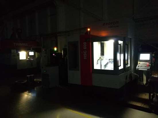 Para el mecanizado de los circuitos de refrigeración del molde usaron un centro de mecanizado Exeron HSC 600 de 5 ejes con velocidad de husillos de 42,000 rpm y accionamientos digitales en todos los ejes. Esta máquina les permite trabajar de forma desatendida (lights out production).