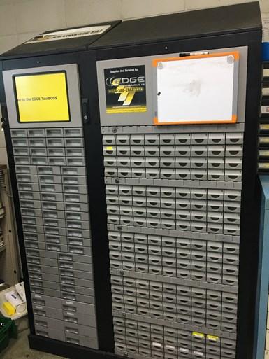 Instalado como parte de los esfuerzos formales de mejora continua, el sistema de distribución ToolBoss, de Kennametal, automatiza la reorganización de la marca de herramientas de corte más común en el taller.
