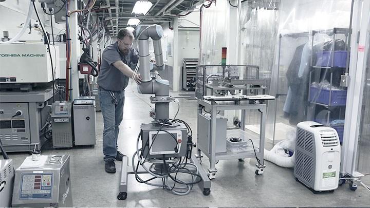 El montaje de su cobot UR en una base móvil aumenta la velocidad y flexibilidad de las implementaciones de automatización en todas las instalaciones de fabricación de Dynamic Groups.