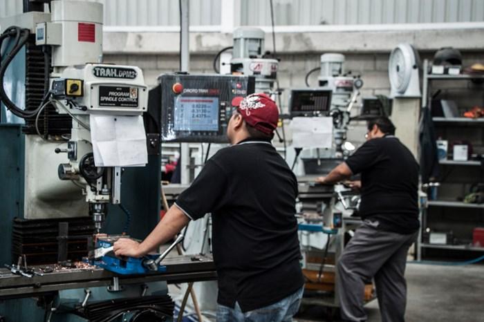 Las máquinas ProtoTRAK CNC le han ayudado al taller de AMD a mejorar la productividad en el fresado y torneado.