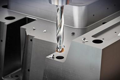 Los insertos de carburo de micrograno i-One combinan un nuevo recubrimiento H multicapa y ángulos de corte optimizados con soportes de acero para herramientas con estabilidad de sujeción Torx Plus.