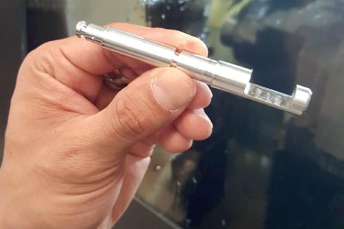 Una máquina tipo suizo utiliza un cabezal deslizante que alimenta la barra a través de un buje guía y pasa por delante de una herramienta durante una operación de torneado de diámetro exterior.