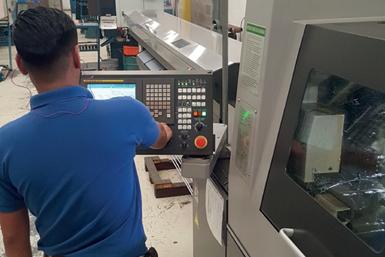 Las máquinas tipo suizo no requieren un operario calificado para atenderlas. Mientras dure el stock de barras, la máquina puede seguir produciendo piezas sin necesidad de atención humana.