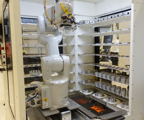 robot loads and unloads vise jaws