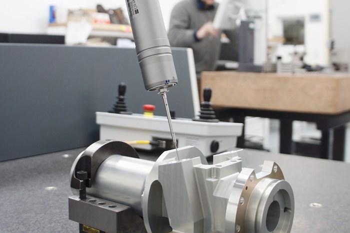 La nueva CMM Zeiss Contura de Arundel Machine Tools controla un portasonda articulado y el sensor Vast XXT para recolectar datos dimensionales en esta caja para un módulo de accionamiento.
