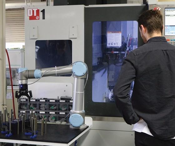 machining center with a Robotiq robot arm