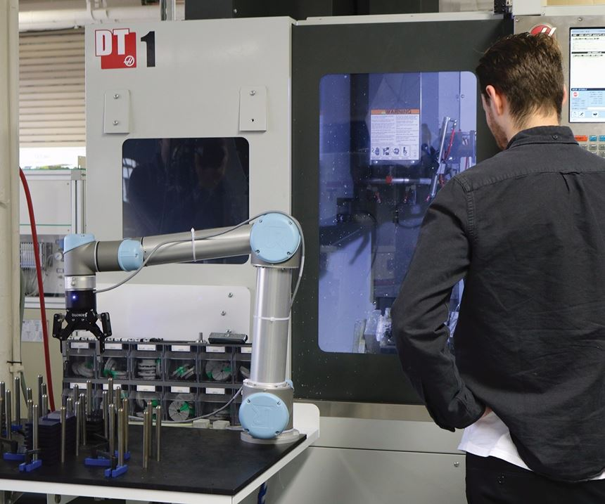 machining center with a Robotiq robot arm