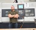 Un posprocesador CNC resalta un torno-fresador de doble cabezal de herramientas