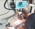 Un empleado de Complete Machining Services (CMS) repara un molde de inyección de plástico con la estación de trabajo de soldadura láser de fibra LaserStar 8700-3.