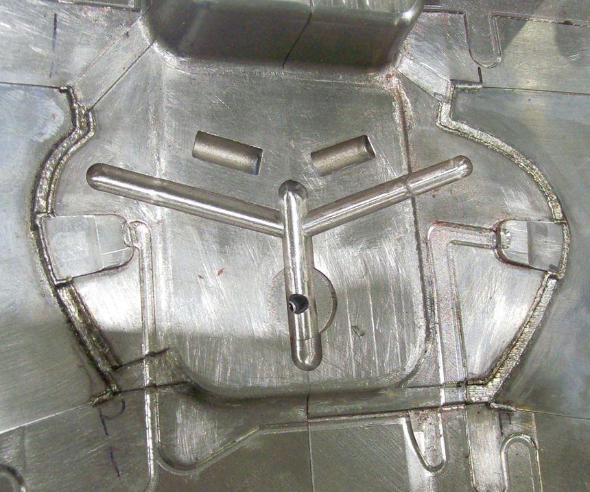 Este molde de inyección de plástico para un componente automotriz ha sido soldado con láser de fibra para reparar superficies desgastadas y dañadas.